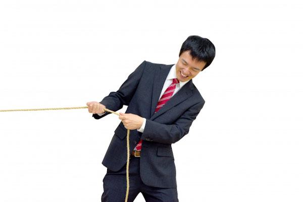 綱引きをする男性